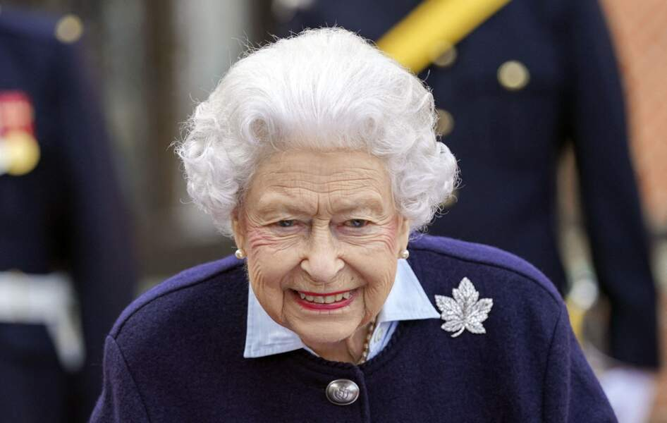Pour accueillir ces officiers canadiens à Windsor, Elizabeth II a retrouvé le sourire.
