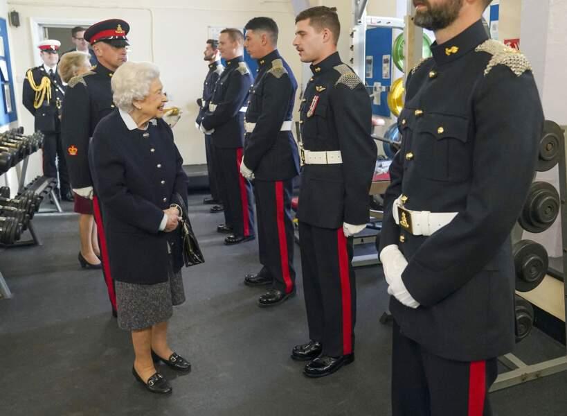 Ce mercredi 6 octobre, dans la salle de garde du château de Windsor, Elizabeth II a continué à saluer les officiers.