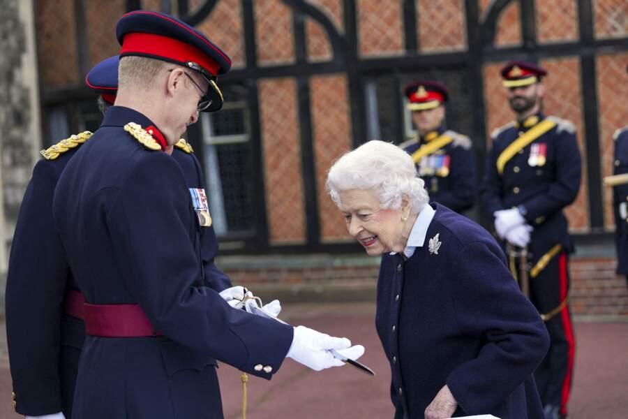 Elizabeth II a examiné l'épée du capitaine général, récompense remise à un militaire ayant fait preuve de leadership ce mercredi 6 octobre.