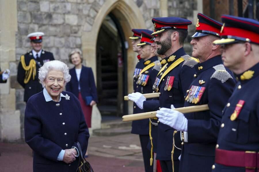 Devant les officiers, ce jeudi 6 octobre, Elizabeth II s'est montrée très avenante à Windsor.