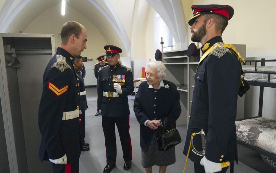 Au château de Windsor,, la reine Elizabeth II a tenu à saluer tous les officiers du Royal Regiment of Canadian Artillery.