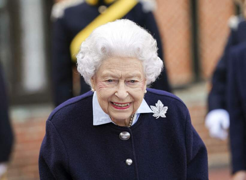 Elizabeth II semblait ravie de la visite des officiers canadiens au château de Windsor ce mercredi 6 octobre.