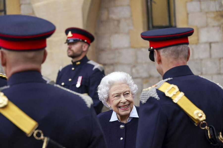 Ce mercredi 6 octobre, c'est avec le sourire qu'Elizabeth II a fait son retour officiel au château de Windsor.