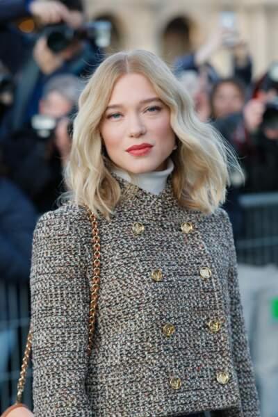 Léa Seydoux avec un joli carré long blond et ondulé en mars 2020 au défilé Vuitton
