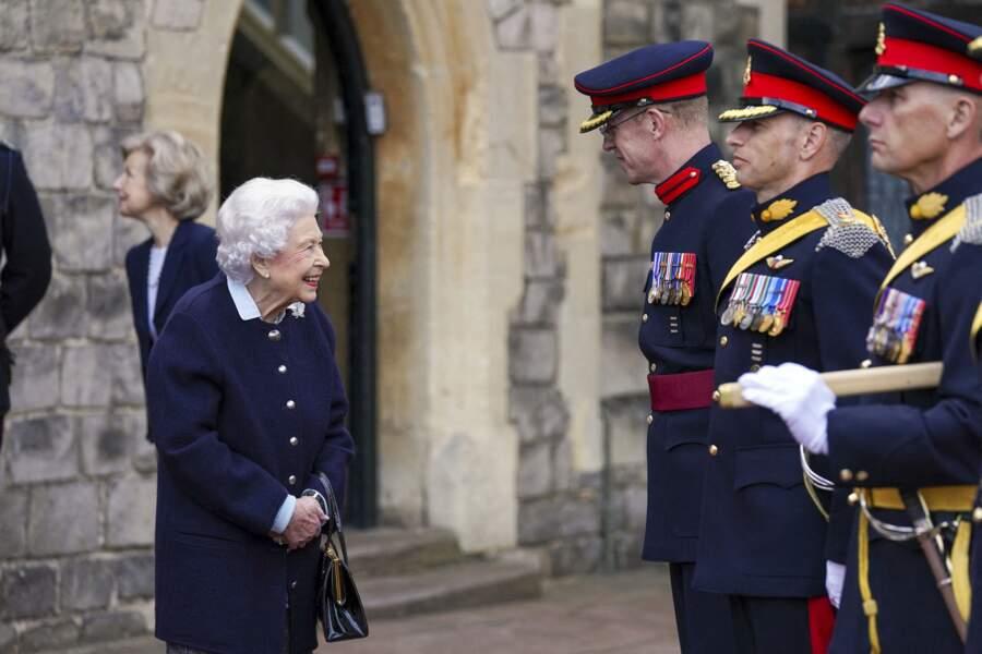 Ce mercredi 6 octobre, après avoir salué les militaires dans la cour du château de Windsor, Elizabeth II a continué à saluer les officiers.