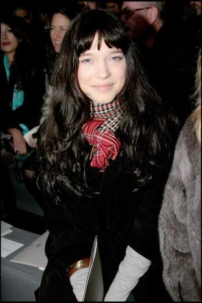 Léa Seydoux : brune aux cheveux longs et avec une frange au défilé Celine en 2008