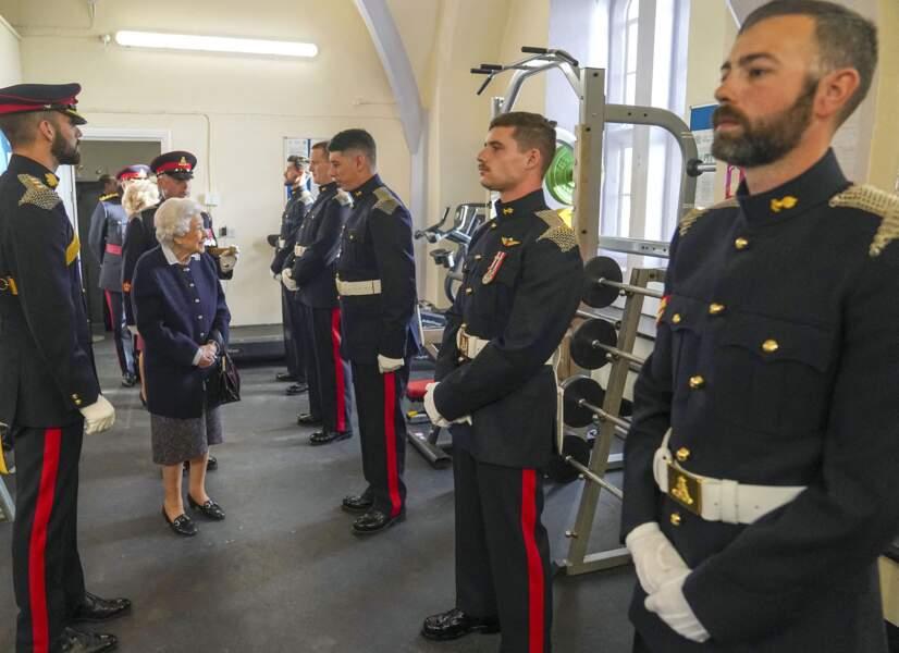 Après son passage dans la cour, Elizabeth II s'est rendue dans la salle de garde du château de Windsor ce mercredi 6 octobre.