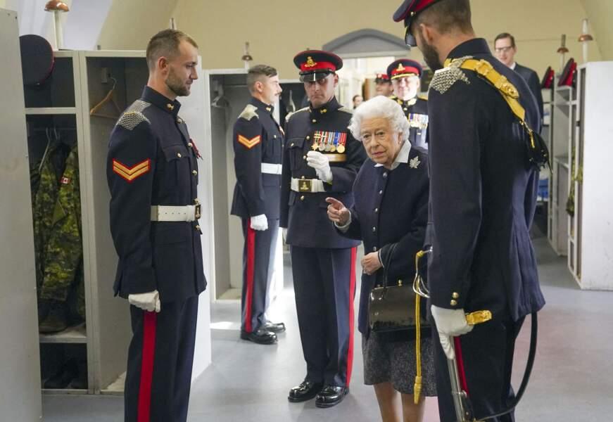 Au château de Windsor, Elizabeth II a fait la conversation au membres du Royal Regiment of Canadian Artillery.