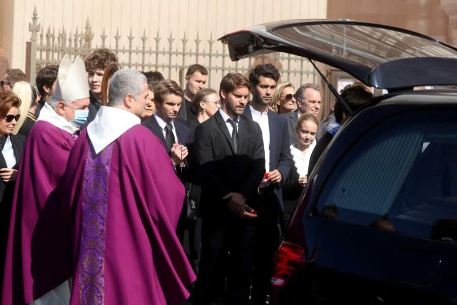 Dominique Tapie, Louis Tapie et Rodolphe Tapie réunis à la sortie des obsèques de Bernard Tapie, en la Cathédrale La Major, à Marseille, le 8 octobre 2021.