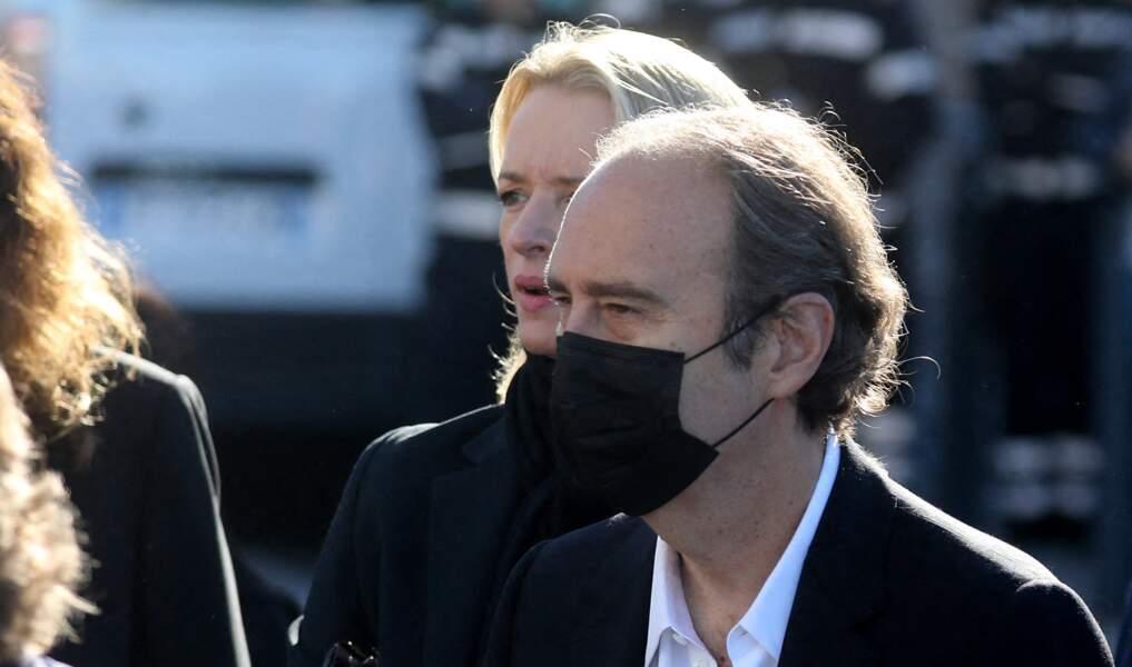 Xavier Niel et sa compagne Delphine Arnault à leur arrivée aux obsèques de Bernard Tapie, en la cathédrale de la Major, à Marseille, le 8 octobre 2021.