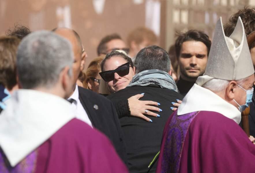 Sophie Tapie serre des proches dans ses bras à la sortie des obsèques de Bernard Tapie, en la Cathédrale La Major, à Marseille, le 8 octobre 2021.