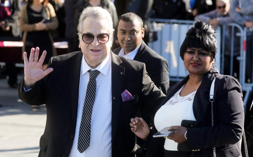 Paul-Loup Sulitzer et sa compagne Supriya Answya Devi Rathoar arrivent aux obsèques de Bernard Tapie, en la cathédrale de la Major, à Marseille, le 8 octobre 2021.