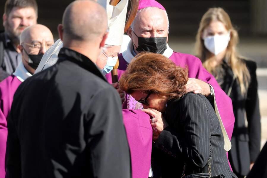 Dominique Tapie très émue aux obsèques de Bernard Tapie, en la cathédrale de la Major, à Marseille, le 8 octobre 2021.