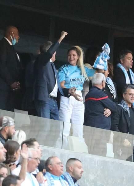 Sophie Tapie avec les supporters de l'OM au stade Vélodrome à Marseille, France, le 7 octobre 2021.