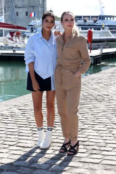 Avec Audrey Lamy, Leïla Bekhti porte une chemise Maison Martin Margiela et des baskets Dior