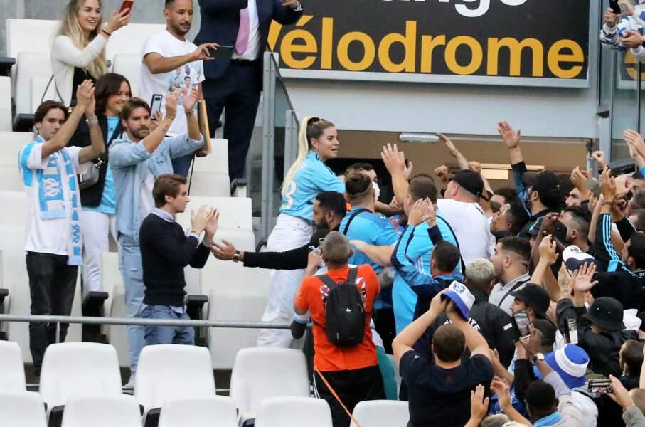 Sophie Tapie entourée des supporters de l'OM lors de la cérémonie d'hommage à Bernard Tapie au stade Vélodrome à Marseille, France, le 7 octobre 2021.