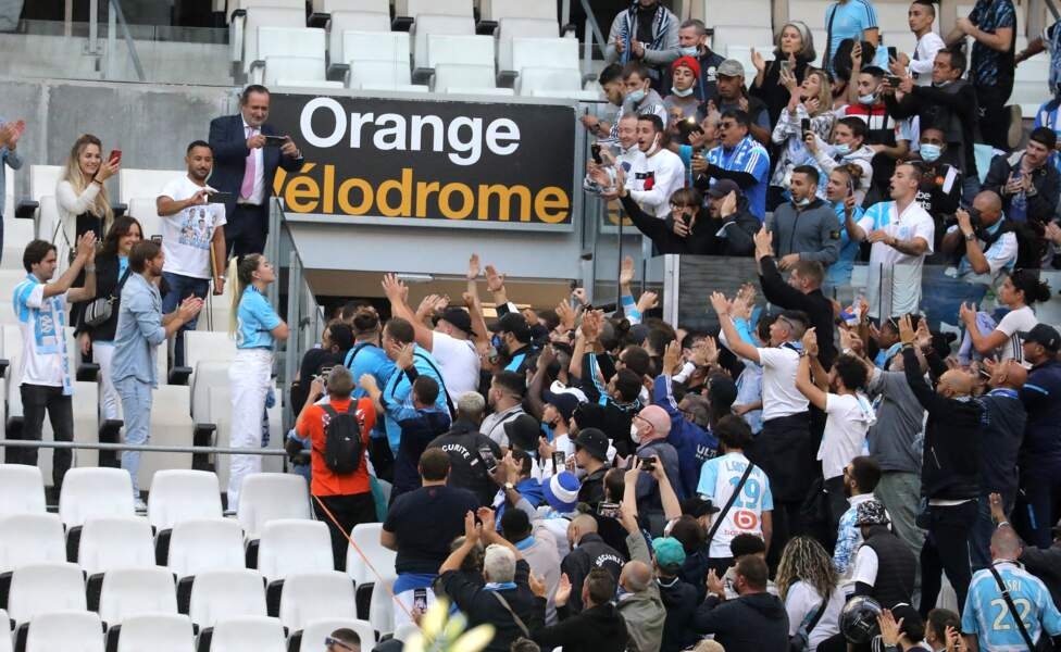 Sophie Tapie en communion avec les supporters de l'OM lors de la cérémonie d'hommage à Bernard Tapie au stade Vélodrome à Marseille, France, le 7 octobre 2021.