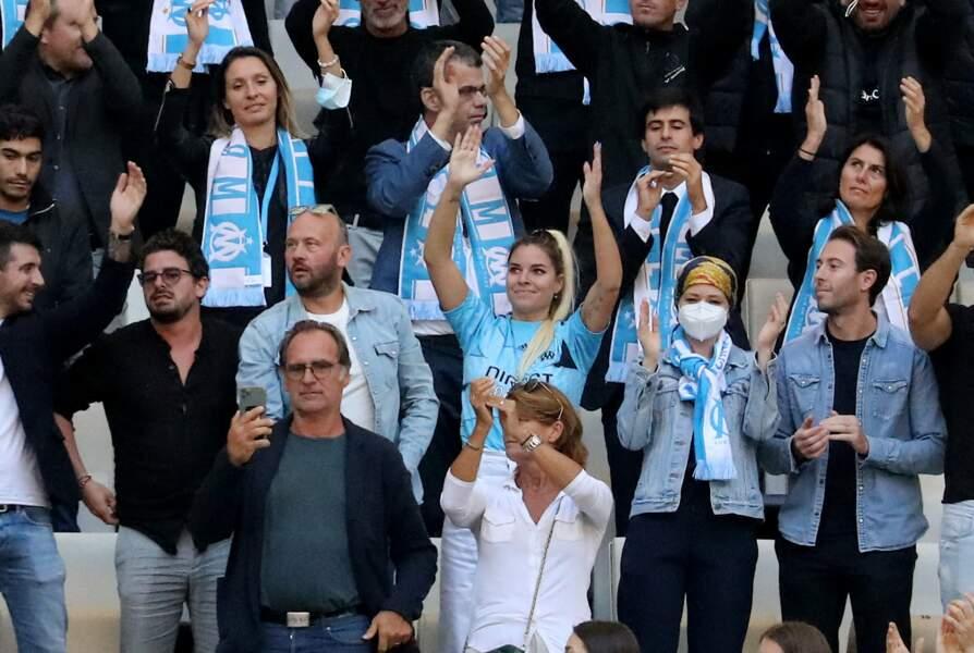 Sophie Tapie et les supporters de l'OM lors de la cérémonie d'hommage à Bernard Tapie au stade Vélodrome à Marseille, France, le 7 octobre 2021.