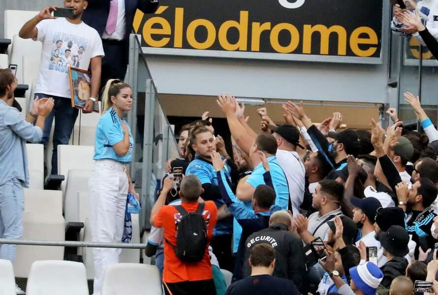 Sophie Tapie avec les supporters de l'OM lors de la cérémonie d'hommage à Bernard Tapie au stade Vélodrome à Marseille, France, le 7 octobre 2021.