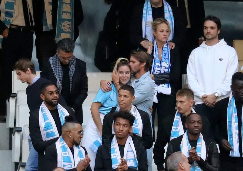 Sophie Tapie et les joueurs de l'OM lors de la cérémonie d'hommage à son père Bernard Tapie au stade Vélodrome à Marseille, France, le 7 octobre 2021.