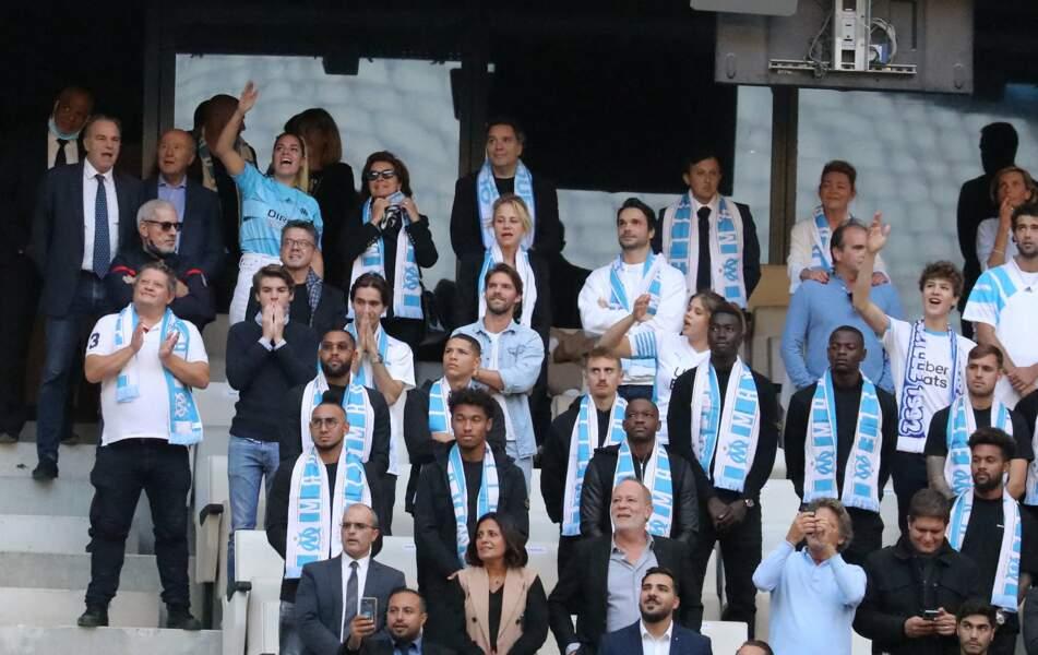 Renaud Muselier, Sophie, Laurent et Dominique Tapie, ainsi qu'Olivier Mazerolle, Jean-Mathieu Marinetti, Nathalie Michaux-Tapie et Marie-Laure Tapie aux côtés des joueurs de l'OM lors de la cérémonie d'hommage à son père Bernard Tapie au stade Vélodrome à Marseille, France, le 7 octobre 2021.