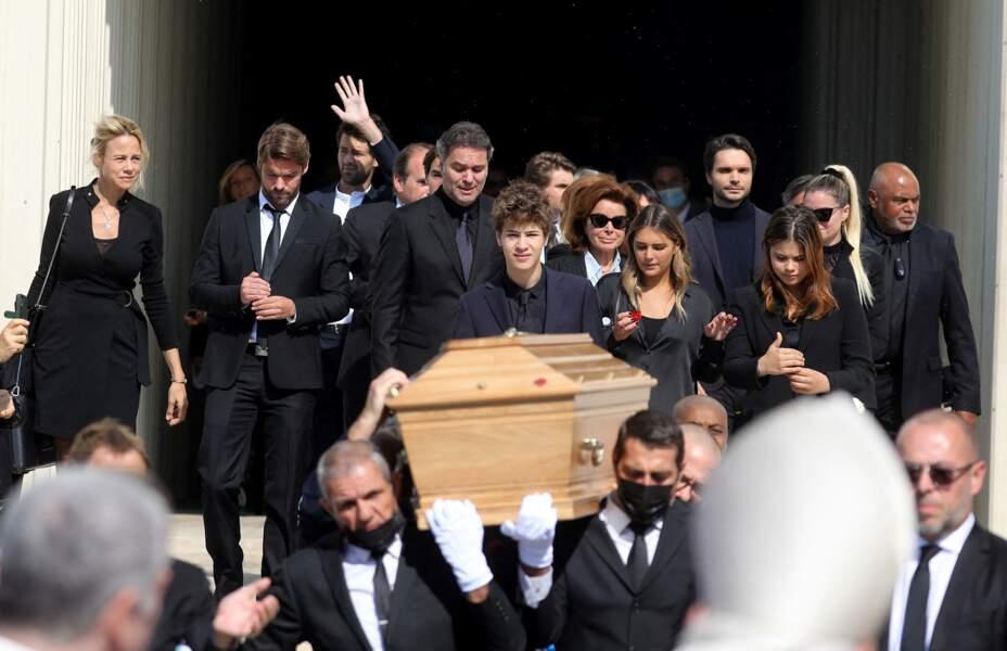 Rodolphe Tapie, Louis Tapie, le pasteur Marcel, Laurent Tapie, Dominique Tapie et Sophie Tapie à la sortie des obsèques de Bernard Tapie, en la Cathédrale La Major, à Marseille, le 8 octobre 2021.