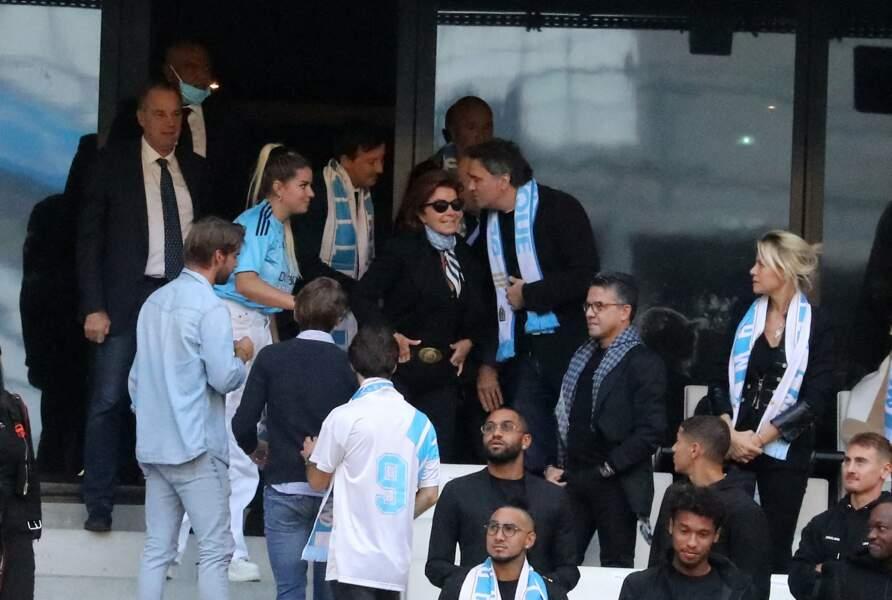 Renaud Muselier, Sophie, Laurent et Dominique Tapie, ainsi qu'Olivier Mazerolle lors de la cérémonie d'hommage à Bernard Tapie au stade Vélodrome à Marseille, France, le 7 octobre 2021.