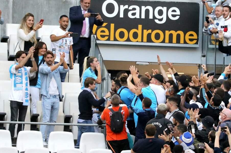 Sophie Tapie et des supporters de l'OM lors de la cérémonie d'hommage à Bernard Tapie au stade Vélodrome à Marseille, France, le 7 octobre 2021.