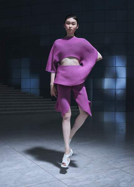 """Le mauve également à l'honneur dans ce look issu de la série """"Fluidity Loop"""" en tissu tricoté en forme de spirale (Issey Miyake SS 2022)"""