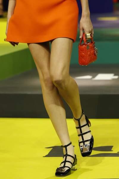 Micro-sac Lady Dior en orange pop lors de la collection printemps-été 2022