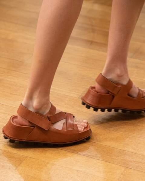Les big sandales crantées chez Tod's (défilé printemps-été 2022)