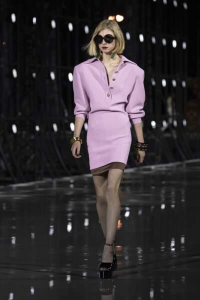 Mais on ose aussi la robe à épaules oversize, dans une teinte lilas pâle (Saint-Laurent SS 22)