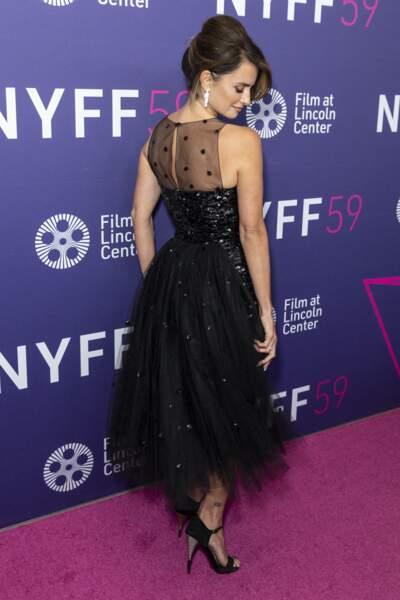 Ce vendredi 8 octobre, la jolie quadragénaire a fait découvrir le dos de sa robe Chanel : une courte traîne en tulle.