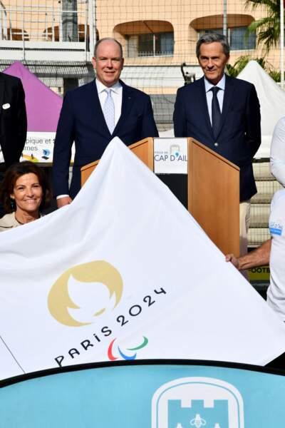 PHOTOS - Albert de Monaco et Xavier Beck devant le drapeau des JO de Paris, à Cap d'Ail, le 8 octobre 2021.