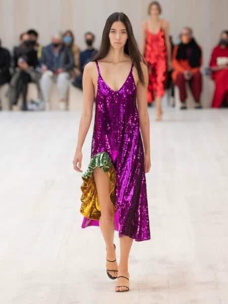 Le combo parfait chez Loewe: la robe à sequins mauve à volants pour mixer le lamé et la couleur de l'été