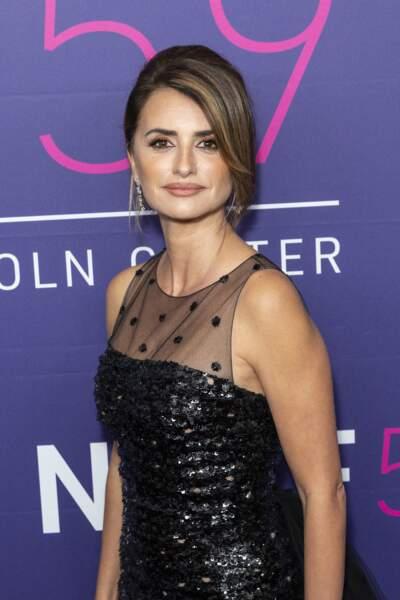 Le haut en tulle laissait découvrir les jolies formes de l'actrice espagnole ce vendredi 8 octobre.