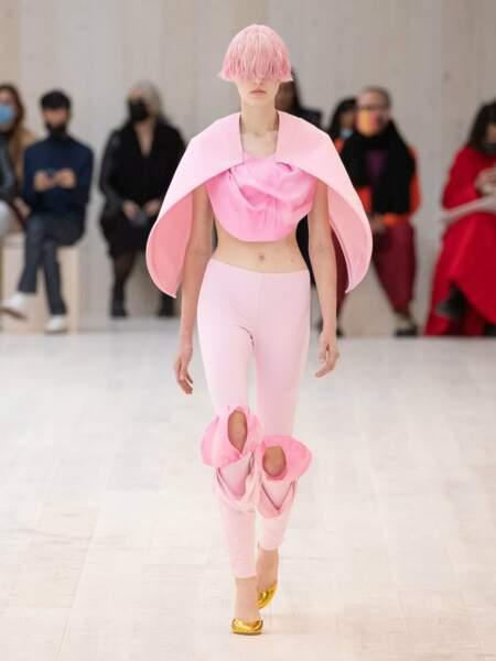 Mais c'est le rose qui l'emporte, jusque dans la chevelure de ce mannequin Loewe, sur cette armure moderne sur legging drapé aux genoux
