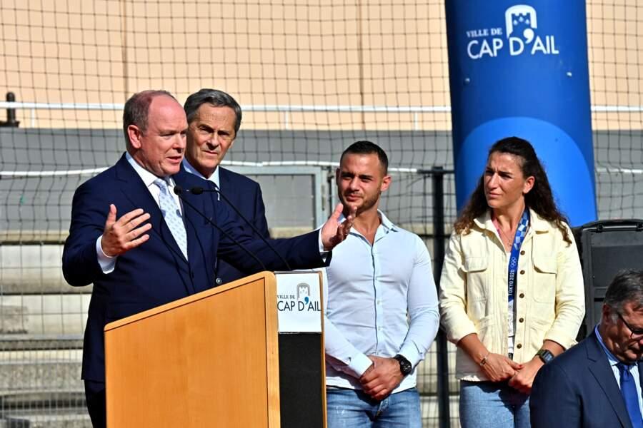 PHOTOS - Albert de Monaco prononçant un discours aux côté de Xavier Beck, maire de Cap d'Ail, Samir Aït Saïd, gymnaste français d'origine algérienne, et Fanny Horta, capitaine de l'équipe de France de rugby à 7,  le 8 octobre 2021 durant la tournée des drapeaux des JO Paris 2024.