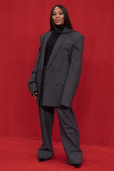 Un max d'effet sur la divine Naomi Campbell en ensemble large et veste oversize chez Balenciaga SS22