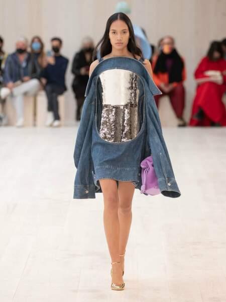Chez Loewe, le lilas apparaît dans les accessoires comme ce sac à main façon velours