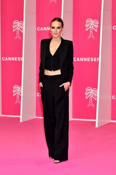 Ana Girardot toute vêtue de noire pour son apparition à la soirée du 4eme Canneseries