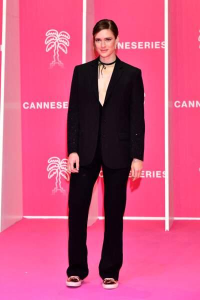 Krista Kosonen élégante pour sa venue au Palais des Festivals à Cannes, le 9 octobre