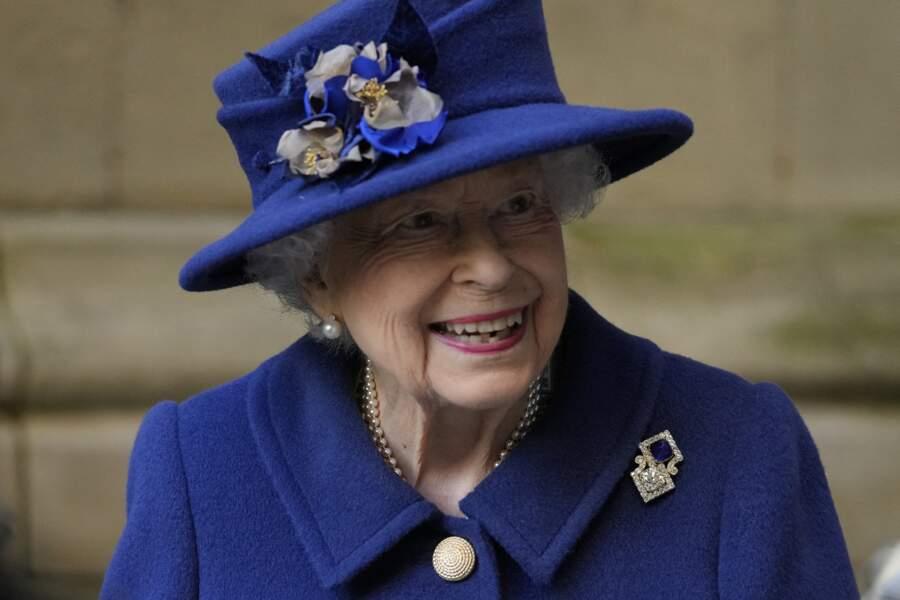 La reine d'Angleterre souriante à l'abbaye de Westminster pour le centenaire de la Royal British Legion.