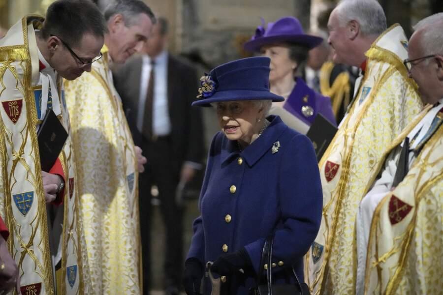 Elizabeth II a récupéré sa canne pour sortir de l'abbaye de Westminster et allait discuter avec les religieux qui ont célébré la messe.