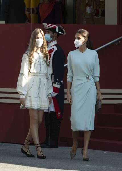 L'infante Sofia d'Espagne porte une robe blanche bohème courte et brodée