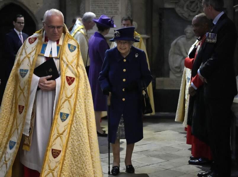 La reine s'est aidée de sa canne pour quitter l'abbaye de Westminster et rejoindre sa voiture.