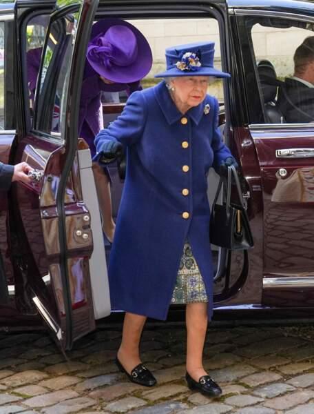 En sortant de la voiture, stationnée devant une entrée secondaire de l'abbaye de Westminster, Elizabeth II n'avait pas encore sa canne.