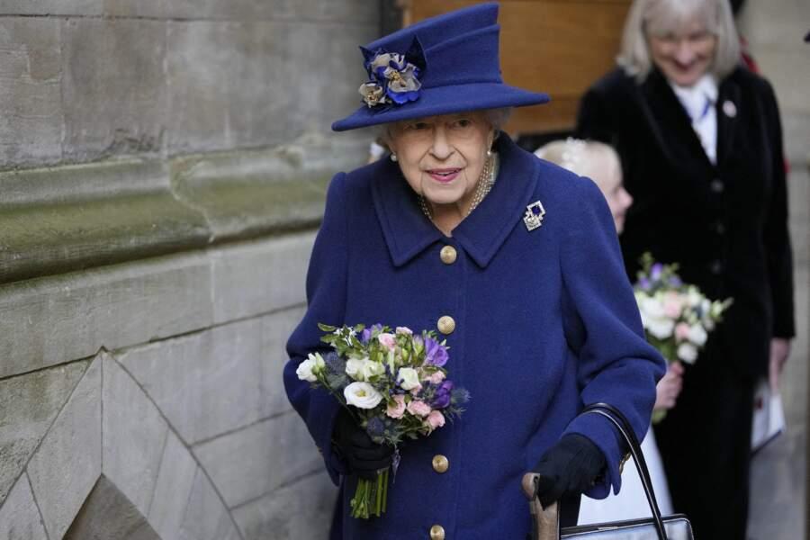 Depuis 2004, année où elle a été opérée du genou, la reine Elizabeth II n'était plus jamais apparue avec une canne pour l'aider à marcher.
