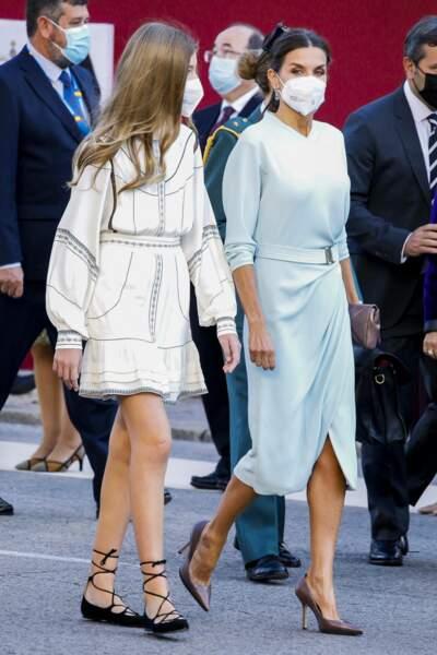 L'infante Sofia d'Espagne a choisi une robe blanche brodée signée Claudie Pierlot.