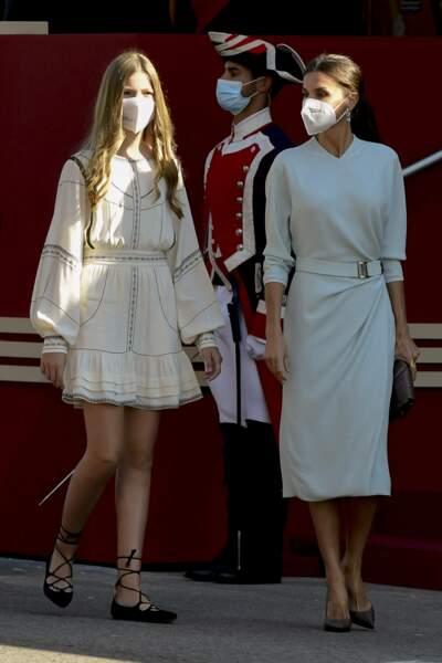 Pour l'occasion, Sofia d'Espagne porte une robe blanche courte et des ballerines nouées sur la cheville.